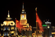 Shanghai Bund at Night China Flags Clock von Danita Delimont