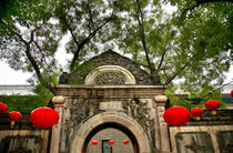 Stone Gate Garden Red Lanterns Prince Gong Mansion Qian Hai Beijing von Danita Delimont