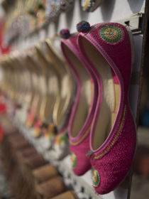 Shoe shop in Amritsar, Punjab, India. von Danita Delimont