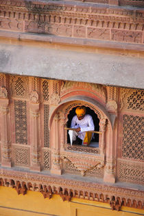 Man in a window, Mehrangarh Fort, Jodhpur, Rajasthan, India. von Danita Delimont