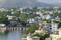 Cityscape of lake and architecture, Udaipur, Rajasthan, India von Danita Delimont