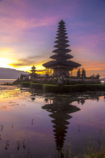 Sunrise at Bali water temple, Ulun Danu Temple in Lake Brata... von Danita Delimont