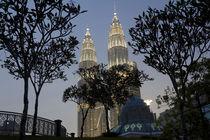 Petronas Towers and Al-Asyikin Mosque, Kuala Lumpur, Malaysia von Danita Delimont