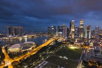 Singapore, city skyline elevated view above the Padang, dusk von Danita Delimont