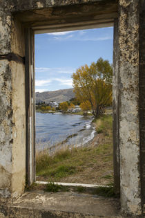 Looking through window of derelict building to Lake Dunstan ... von Danita Delimont