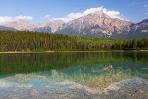 Canada, Alberta, Jasper National Park, Pyramid Mountain and ... von Danita Delimont