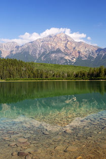 Canada, Alberta, Jasper National Park, Pyramid Mountain and ... von Danita Delimont