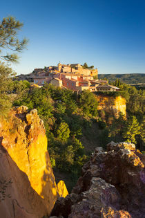 Sunrise view over hilltop town of Roussillon in the Luberon,... von Danita Delimont