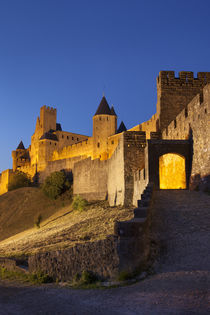 Twilight at the entry gate to La Cite Carcassonne, Languedoc... von Danita Delimont