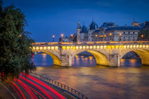 Twilight over Pont Neuf and the Conciergerie along River Sei... von Danita Delimont