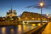 Twilight over River Seine, Cathedral Notre Dame and building... von Danita Delimont