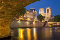 Twilight under Pont Saint Michel with Cathedral Notre Dame, ... von Danita Delimont
