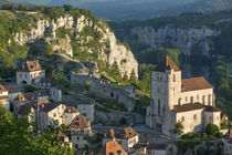 Early morning over Saint-Cirq-Lapopie, Lot Valley, Midi-Pyre... von Danita Delimont