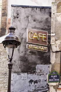 Cafe sign and lamp post, Paris, France von Danita Delimont