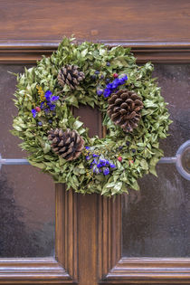 Decorative holiday wreath on front door, Rothenburg, Germany von Danita Delimont
