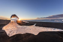Scattered ice from icebergs on black sand beach at Joklusarl... von Danita Delimont