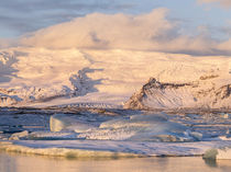 The glacial lagoon Joekulsarlon, Vatnajoekull NP, Iceland von Danita Delimont
