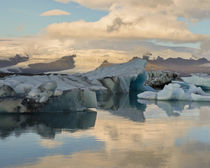 Iceberg formations broken off from the Breidamerkurjokull gl... von Danita Delimont