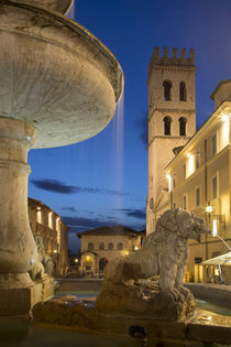 Twilight in Piazza del Comune, Assisi, Umbria, Italy von Danita Delimont