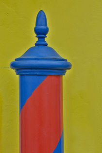Red and blue painted and stripped pole with yellow home as b... von Danita Delimont
