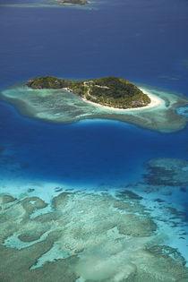 Matamanoa Island and coral reef, Mamanuca Islands, Fiji, Sou... von Danita Delimont