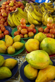 Pawpaw/Papaya, tomatoes and bananas, Sigatoka Produce Market... von Danita Delimont