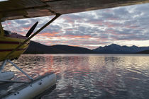 A floatplane in scenic Takahula Lake located along the Natio... von Danita Delimont