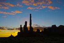 Sunrise, Yei Bi Chei and Totem Pole, Monument Valley, Monume... von Danita Delimont