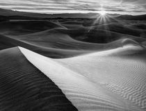 USA, California, Death Valley National Park, Sunrise over Me... von Danita Delimont
