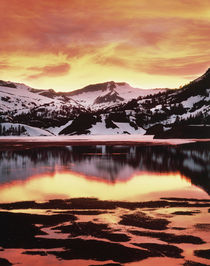 USA, California, Sierra Nevada Mountains, Sunset over mounta... von Danita Delimont