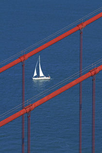 USA, California, San Francisco, Golden Gate Bridge and yacht... von Danita Delimont