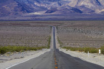 State Route 190 through Death Valley near Stovepipe Wells, t... von Danita Delimont