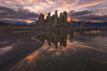 Tufas at sunset on Mono Lake with reflection and sunset colo... von Danita Delimont