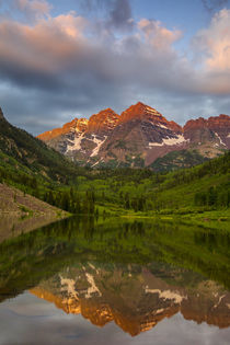 Maroon Bells reflect into calm Maroon Lake near Aspen, Colorado, USA. von Danita Delimont