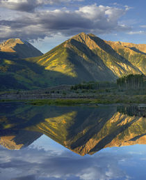 Twin Peaks reflect in the lake, Colorado, USA von Danita Delimont
