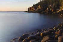 Dawn in Monument Cove in Maine's Acadia National Park. von Danita Delimont