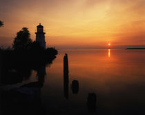 USA, Michigan, Cheboygan, View of sea and lighthouse at sunset von Danita Delimont