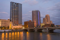 Skyline at dusk, on the Grand River, Grand Rapids, Michigan von Danita Delimont