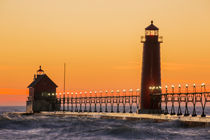 Grand Haven South Pier Lighthouse at sunset on Lake Michigan... von Danita Delimont