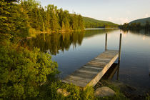 A small dock in Long Pond in new Hampshire's White Mountains. von Danita Delimont