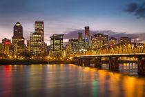 Twilight over Portland along the banks of the Willamette Riv... von Danita Delimont