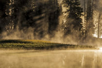 Steam rises at sunrise on Sparks Lake in the Deschutes Natio... von Danita Delimont