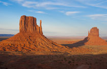 Monument Valley Utah desert mittens in panoramic of Western ... von Danita Delimont