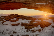 USA, Utah, Sunrise at Mesa Arch, Canyonlands National Park von Danita Delimont