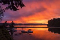 Dramatic sunset Bainbridge Island toward Olympic Mountains von Danita Delimont