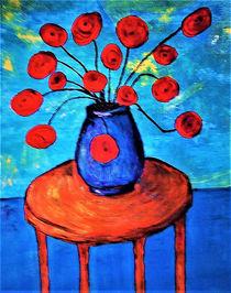 Rote Blumen in  blauer Vase von Andrea Lorenz