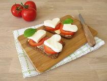 Leinsamenbrot mit Tomaten, Mozzarellaherz und Basilikum von Heike Rau