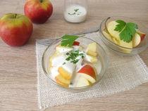 Obstsalat mit Äpfeln und Sellerieblättern in Joghurt mit Apfelessig by Heike Rau