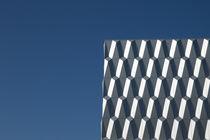 Struktur vor blauem Himmel by Michael Franke