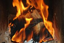 Wärmendes Kaminfeuer von Claudia Evans